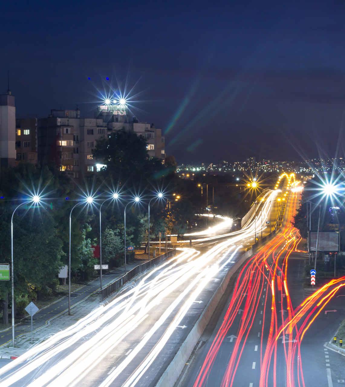 Iluminación de vehículos en carretera por la noche